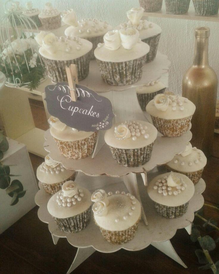 Cupcakes de boda #fondant #cupcakes#mesadepostres #mesadedulces #candybargdl #candybar