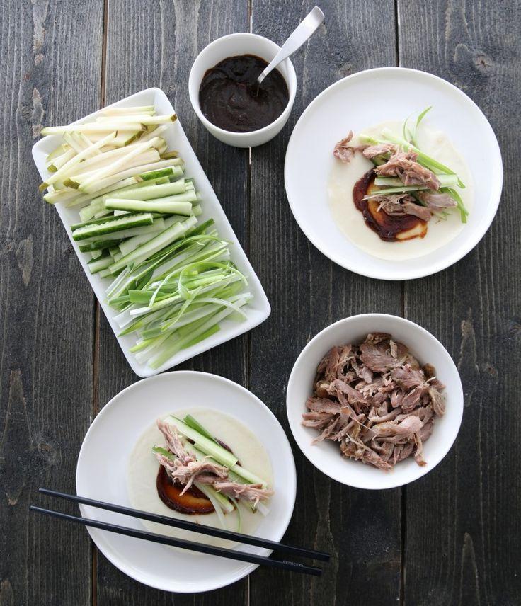 """En av mine asiatiske favoritter er crispy duck (Pekingand), som er en tradisjonell rett fra Beijing. Her er min """"juksevariant"""", hvor jeg har brukt ferdig konfiterte andelår og kinesiske pannekaker."""