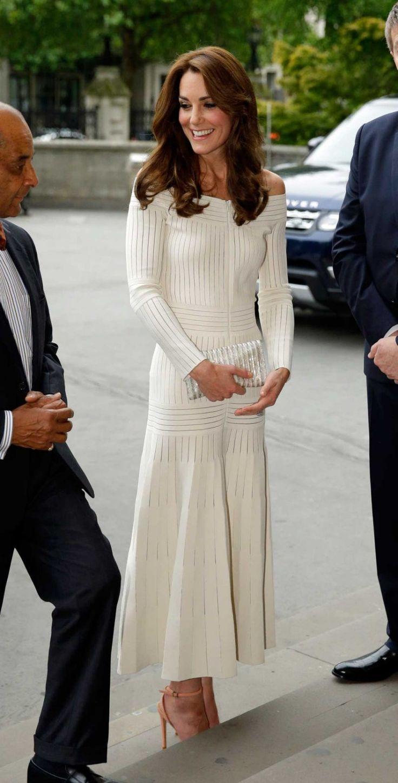 Sexy wie nie: In diesem Kleid zeigt Herzogin Kate der Tradition die kalte Schulter #KateMiddleton #HerzoginKate #DuchessCatherine #StarStyle #Royals