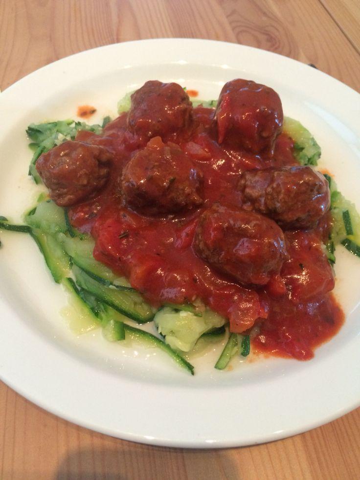 Squash pasta med kødboller i tomatsovs.