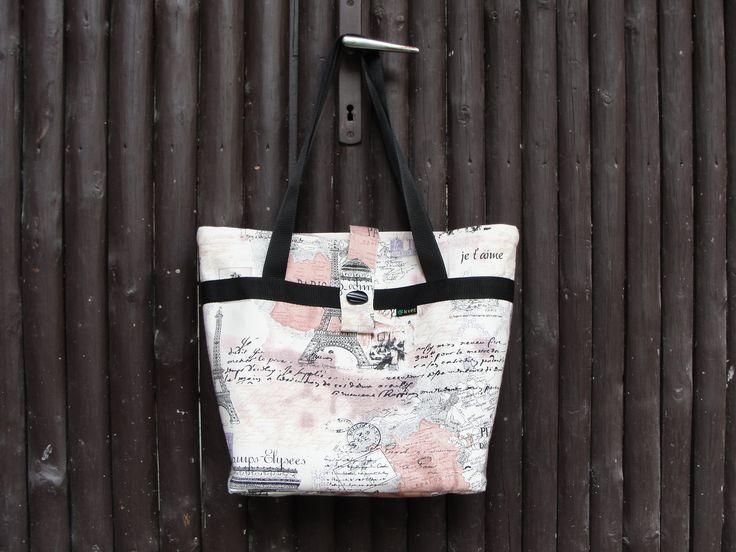 Moderní víceúčelová kabelka - taška přes rameno pro nakupování, dovolenou k vodě nebo do přírody. Kabelka šitá k nošení přes rameno, ale pohodlné je i nošení v ruce. Kabelka ušitá ze tří vrstev - bavlna - vyztužená ronarfixem a vnitřní podšívka s kapsičkama. Páskové zapínání na knoflík. V tašce na