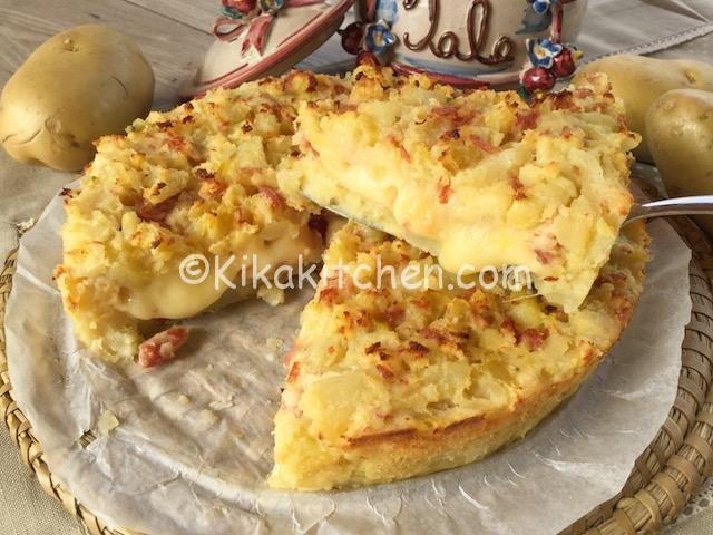 La sbriciolata di patate è una torta salata a base di patate sbriciolate, molto simile al famoso gateau di patate, farcita con formaggio affumicato e salame a dadini. Un piatto unico, semplice da preparare e molto saporito.