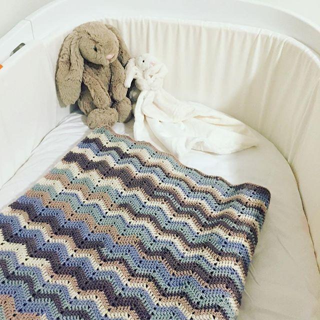Har fået det her smukke babytæppe til Alma, som min søde svigerinde har hæklet  @poulsensimone #tak #babygirl #martsbaby #crochet #hækle #flottefarver #leander #jellycat