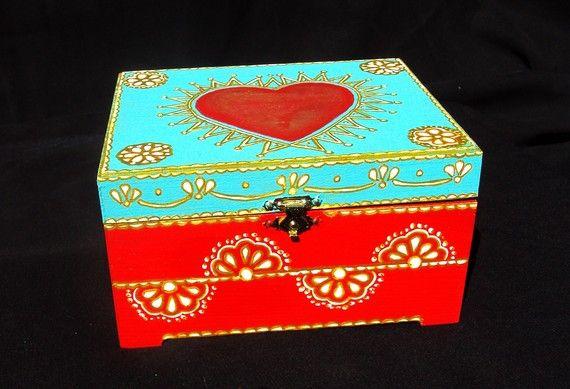 Caja pintada de inspiración india / Hand painted India inspired wood box