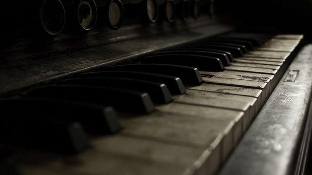 Hep Bu Şarkı | Yazar : Onur Konaray Hep bu şarkıda ağladıkgeceye karışırken, Veda ederken aynada kendimize Denizleri fırtınalar, dağları karlar aldı bu şarkıda Ötesinde geniş bir çukur, kötü bir his bırakır anıda . Hep bu şarkıda söyledik son hecelerimizi Okunması zor dudaklarımızdan Cümleler kalbe dokunur bu şarkıda, siz bile bil... #Şiir  http://www.mornota.com/hep-bu-sarki/
