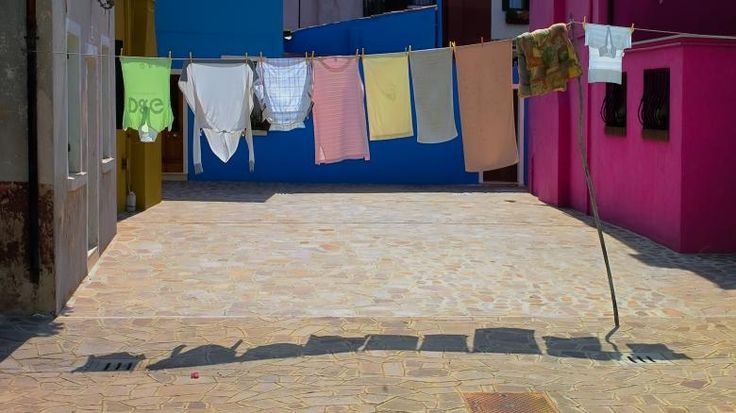A tisztaság históriája 2. – Kézi mosástól az intelligens mosógépekig  Cikksorozatunk második fejezetében a mosás történetével ismerkedünk meg.   Cikkünkből megtudhatja, hogy hogyan mostak Indiában, hogy tisztították a ruháikat az ókori rómaik, valamint, hogy kinek köszönhetően jutottunk el a hamutól és urinától a gombnyomásra induló mosógépekig.   http://www.mosoda.hu/tisztasag-historiaja-2-kezi-mosastol-az-intelligens-mosogepekig/  #mosasi_fejlodes #mosas #mosasi_szokasok #mosogep