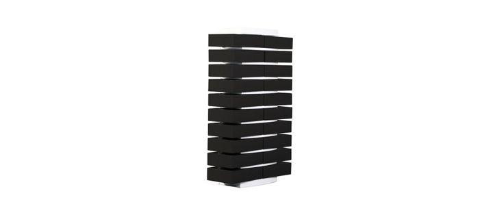 Columna de almacenaje blanca de diseño y sus 20 cajas clasificadoras negras