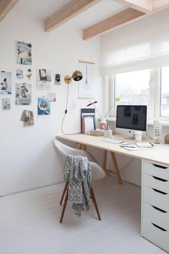 Einfacher Schreibtisch aus weißem Schubladen Rollcontainer und Holzplatte