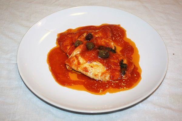 I petti di pollo alla pizzaiola arricchito dalle olive taggiasche è una saporita ricetta di cucina casalinga di facile e veloce esecuzione