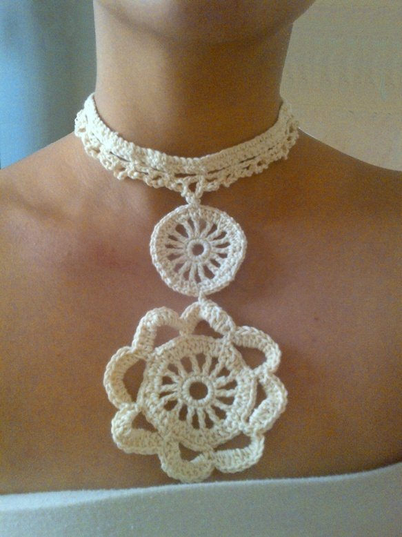 Crochet Knitting. Flower Neckless.