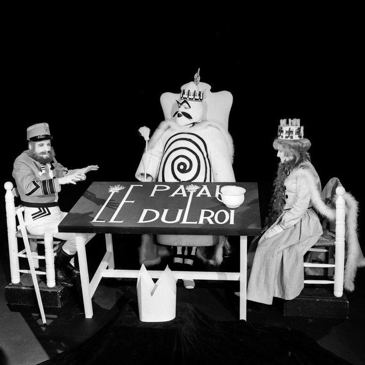 """L'INA avec Photoservice.com - Hubert Deschamps, Jean Bouise et Rosy Varte dans """"Ubu roi"""" adapté à la télévision par Jean-Christophe Averty"""