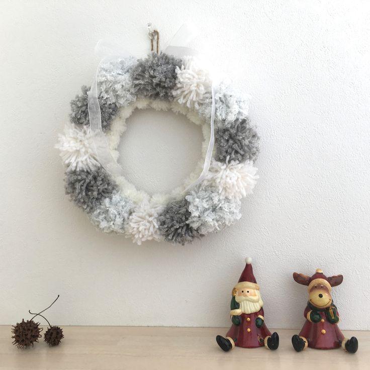 11月に入り一段と寒くなってきましたね。今回は、これからの時期にぴったりな毛糸のポンポンを使ったクリスマスリースの作り方をご紹介します。材料は100円ショップで手に入るので、オシャレでかわいいリースが手軽にできますよ! …