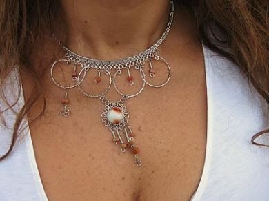 #Halskette mit einem #Anhänger aus #Alpakasilber und roten Steinen, #Folkloreschmuck