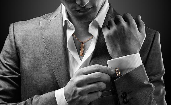 Não é uma novidade para os antenados da moda mas para o grande público que não sabe a SWAROVSKI lançou em 2013 uma coleção voltada ao público masculino e desde então vem ganhando destaque entre os fashionistas. Seu lançamento foi com uma grande variedade de produtos dentre eles, pingentes, pulseiras, abotoaduras e anéis. Hoje a linha masculina da Swarovski cresceu, e muito, incluindo canetas, pen drive, decoração para escritório e os relógios que são um espetáculo a parte. Confira tudo no…