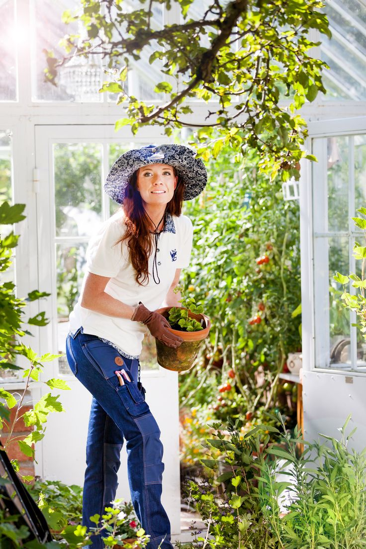 GardenGirl has finally produced a Denim collection.They are equipped with many features to provide both comfort and protection while gardening. The insertable knee pads provide extra protection to the knee doing jobs such as planting and weeding easier on the joints and therefore more enjoyable. Made of a stretch denim material that is durable, yet lightweight without compromising durability. The elasticity of the fabric ensures a comfortable working position for all women