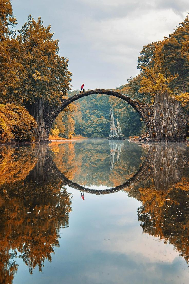 Deutschland: Rakotzbrücke - also called the 'Devil's Bridge' is located in the Azalea and Rhododendron Park Kromlau - a park in the municipality of Gablenz, in the district Görlitz, Saxony, Germany (less that 6km from the Polish border). It was built in the 19th century and constructed so that when combined with its own reflection, creates a perfect circle.