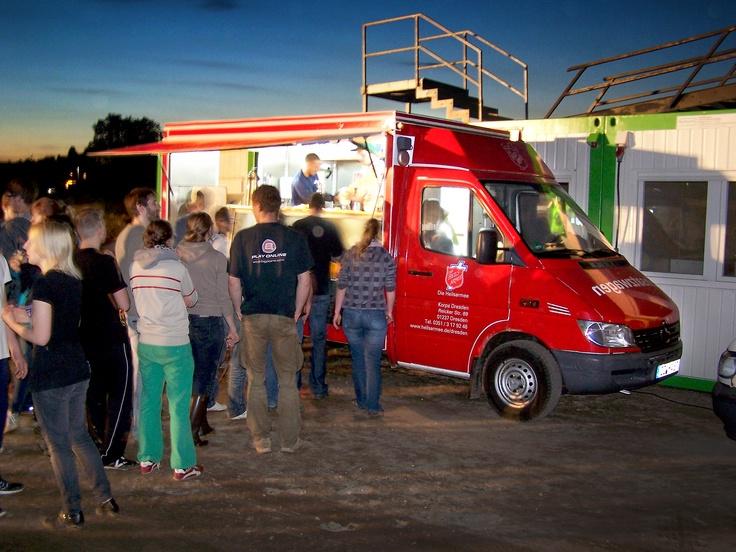 Die Heilsarmee in Dresden verteilt Mahlzeiten und Getränke an Fluthelfer während der Elbe-Flut im Juni 2013. http://www.heilsarmee.de/aktuelles/hochwasser-in-sachsen.html