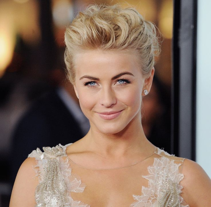 Julianne also proves that those with shorter hair really can pull off a voluminous updo. The trick? Plenty of curls.