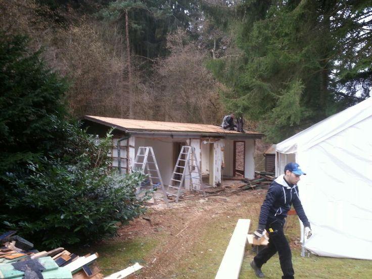 dann r cken wir an baustelle einrichten arbeitszelt aufbauen nur holz massivholzhaus. Black Bedroom Furniture Sets. Home Design Ideas