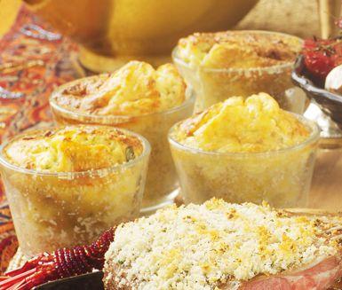 Västerbottensufflé är ett helt gudomligt gott tillbehör som kommer älskas av stora som små! Tillaga din sufflé i portionsformar och servera sedan gärna din varma och krämiga sufflé med lammracks och betor.