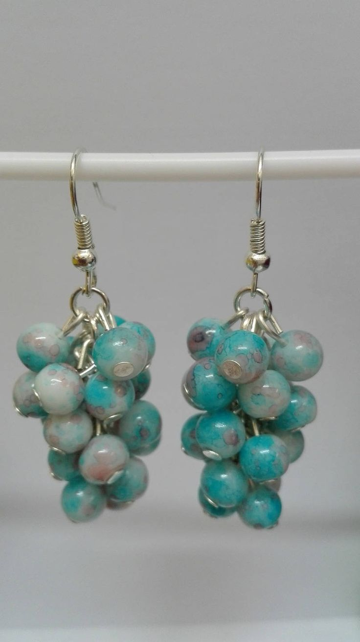 Boucles d'oreilles pendantes argentées grappes perles bleues marbrées 5 cm de la boutique DeessesEtNymphes sur Etsy