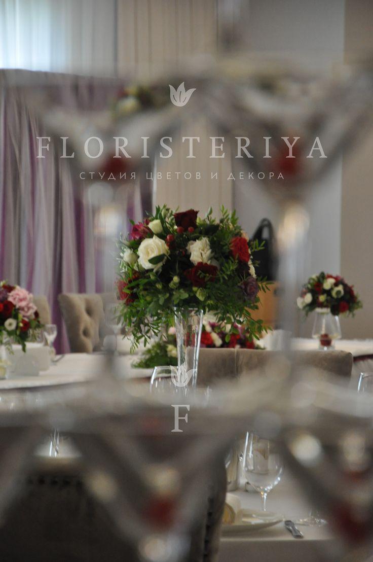 композиции на столы гостей цветы на свадьбу цвет марсала