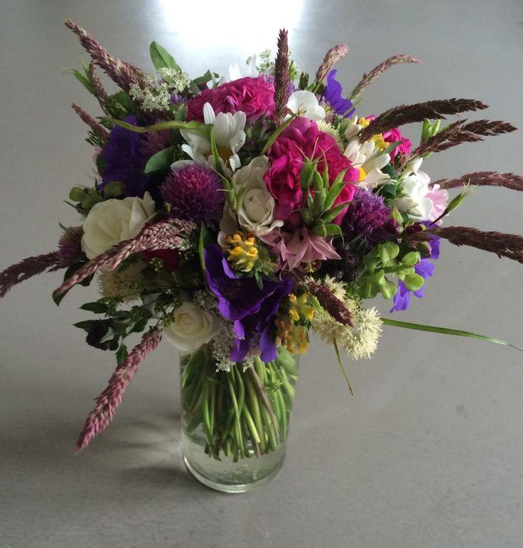 Brudebuket med blomster fra have og grøftekant / Informal wedding bouquet with garden and wild flowers