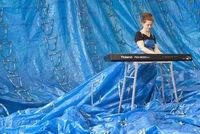 Une robe fabriquée avec 555 sacs bleus Ikea by Ida-Marie Corell