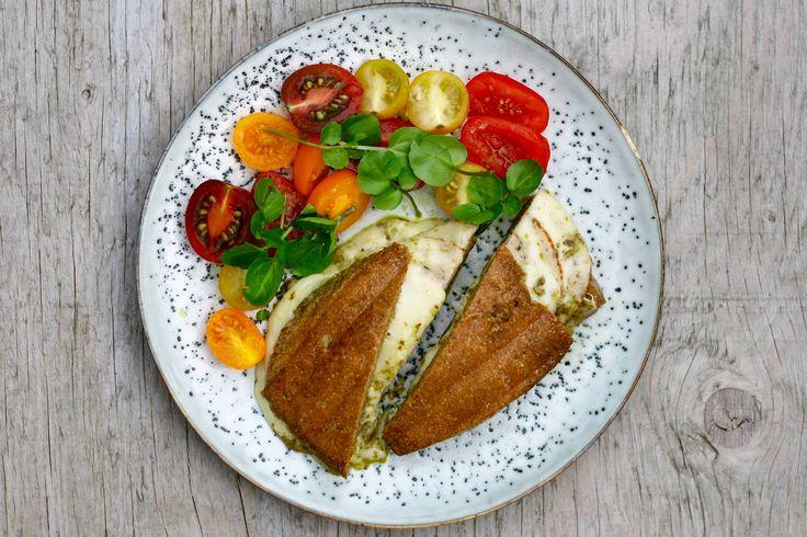 Oopsies er et nærmest berømt brød i LCHF kredse. Brødene er superlækre og indeholder kun 80 kcal og 1 g kulhydrat/ oopsie. Oopsies har en lidt vandbakkelsesagtig textur, men de smager virkelig godt…