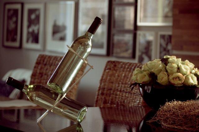 Winezer WellDone® - Minimalistyczny, rzeźbiarski stojak do wina, wykonany z aluminium. Butelki, wraz z podtrzymującym je Winezerem, tworzą jednolitą, geometryczną strukturę – oba elementy muszą ze sobą współpracować, by uzyskać potrzebną całości stabilność. Łatwo go złożyć, a złożony zajmuje niewiele miejsca. Projekt: Dana Yichye Shwachman