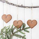 SnapWidget | Tips på enkelt och dekorativt julpynt. En pinne, snören och pepparkakor!  Jag hade så på en vägg i köket förra året, funderar på att göra nåt liknande igen, fast på ett annat ställe. Nu hänger en hylla på den väggen ⭐️ Foto @carinaolander från vårt hem förra julen.