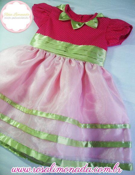 Vestido tema Moranguinho Baby, confeccionado nos tecidos tricoline de algodão e cetim + tiara com 1 moranguinho. Opção de um laço, na frente ou nas costas. Vestido da foto tamanho 3 anos, confeccionamos todos os tamanhos infantis. O cinto do vestido não haverá pregas, conforme o da foto.    TABELA DE MEDIDAS  Tamanho -------Busto--- Cintura  Tamanho G-------51----------50  1 ano-------------53----------52  2 anos------------55----------54  3 anos------------57----------56  4 ...