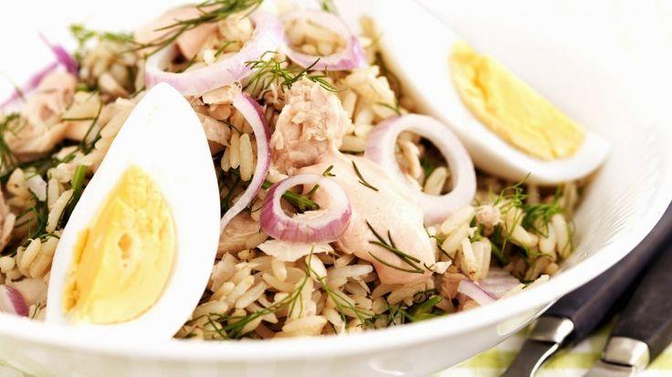 Rezept: Thunfisch-Reissalat mit roten Zwiebeln und Ei