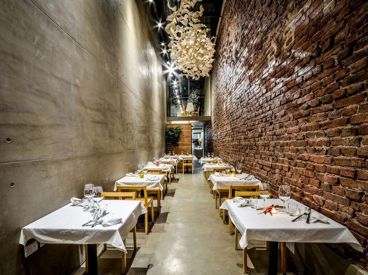 Se trata de El Papagayo Restaurante en Córdoba, Argentina. Se encuentra en un pequeño pero amplio pasillo.