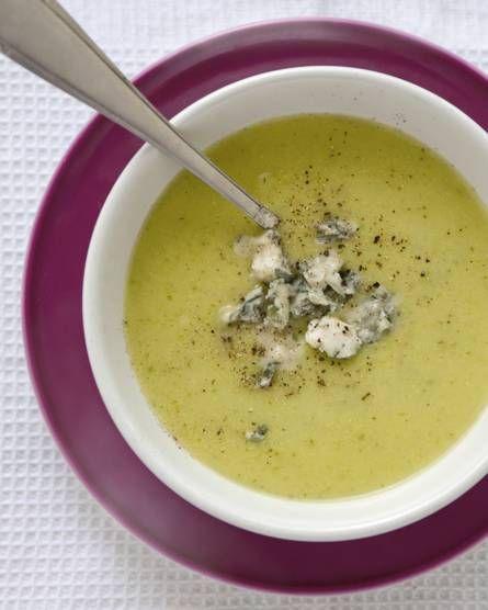 Italiaans getinte courgettesoep: Met als pittige verrassing: gorgonzolakaas. Recept - Allerhande