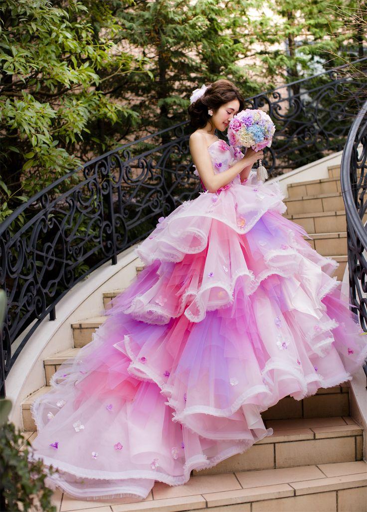 【THE HANY 2016 ソフィー】大胆に波打つフリルをアシンメトリーにレイアウトして、360度どの角度から見てもキュートな表情を見せてくれるボリューミーなドレス。スカートには5色のチュールの他に、あえてオフホワイトのプリーツをフリルの先に飾りカラーアクセントをつけました。