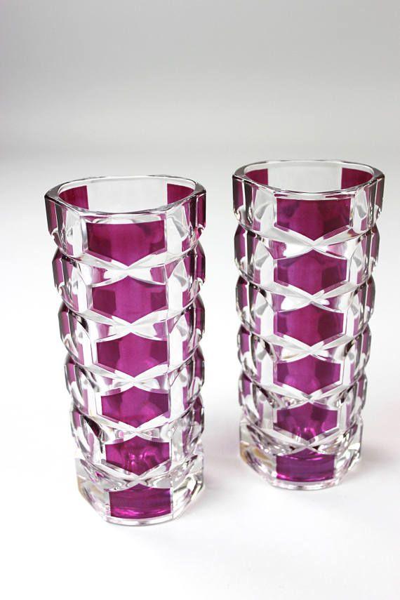 Vintage Vase, Glasvase, Kristallvase, Luminarc J G Durand, Made in France, 70er Jahre, 2er Set  Bezauberndes Vasen Duo aus den 70er Jahren. Die Vasen sind begehrte Sammlerstücke und aus dickwandigem Kristallglas mit dem bekannten Windsor Rubis Muster. Sie wurden von dem französischen Hersteller Luminarc angefertigt. Beide Vasen sind in einem guten Vintage-Zustand, winzige Kratzer auf der Wandung - minimale Zeichen der Zeit  Der Boden ist gemarkt: France  Maße: Höhe: 17 cm | 6.69 inch…