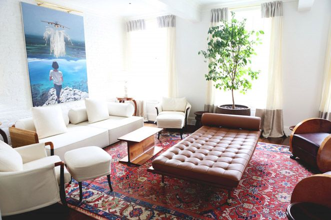 Home of fashion designer Gabriela Hearst. Classic design pieces are mixed delightfully with bohemian influences. Here: Barcelona couch / daybed. Photo: Tales Of Endearment