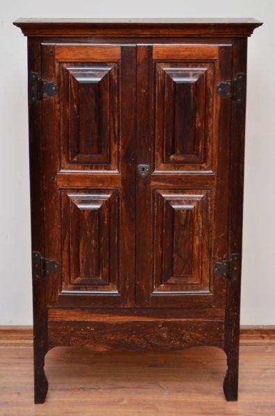 Armário em jacarandá portas almofadadas com prateleiras internas, saia recortada, Brasil século XIX