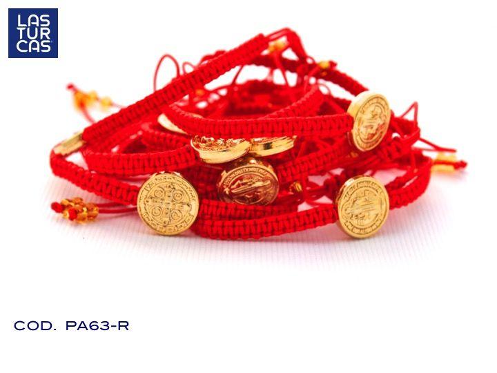 Pulsera en mercare color rojo con nudo corredizo, dije San Benito y terminales en mostacilla dorados. Símbolo de protección en un accesorio que puedes usar a diario. #Lturcas #Lasturcas #Pulseras #Accesorios #Rojo #Sanbenito #Handmade #Hechoamano