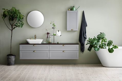 Ajaton ja klassinen uutuus Svedbergs Stil. Yhdistele kuten haluat. Muotoiltu yhteistyössä Ehlén Johanssonin ja Mia Lagermanin kanssa. Kuvan tuotteet: Stil-alaosa 80x45 harmaa kehys, Stil-seinäkaappi 70x40, Canova-pesuallashana, Top-mirror 80 peili ja Scarlett-amme. #habitare2015 #design #sisustus #messut #helsinki #messukeskus