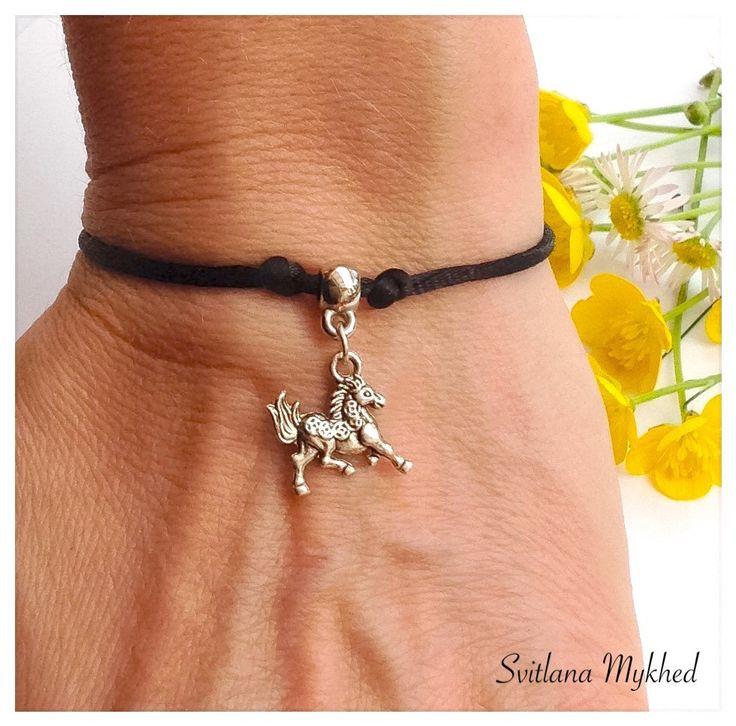 Bracelet `Cheval. Équestre. Au Galot. Fer de cheval. Équitation`( réglable). : Bracelet par perles-et-couronnes
