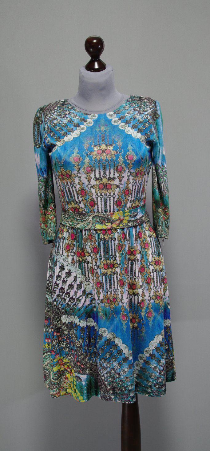 сине-голубое платье с разноцветным принтом античных украшений