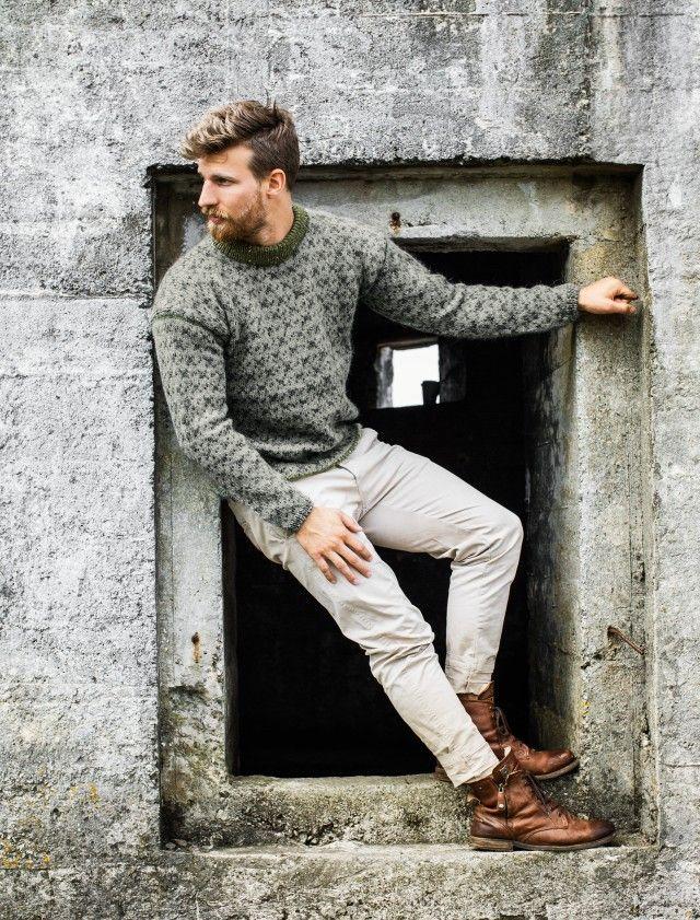 Flott herregenser med klassisk mønster. Retrotrenden innen strikk gjelder også på herresiden og denne flotte genseren har både diskret mønster og duse garnfarger, akkurat slik vi tror mange menn liker det.