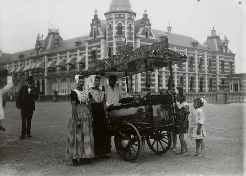 Twee vrouwen in streekdracht bij een ijscokar. De linker vrouw draagt de Walcherse dracht, de rechter vrouw draagt de dracht van Arnemuiden en Nieuw- en St. Joosland. 1918-1941 vanAgtmaal #Zeeland #Walcheren #Arnemuiden
