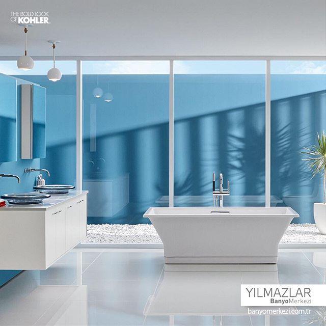 Beyaz ve mavi renklerin hakim olduğu bir banyo. Sıcak günlerde yaşamak…