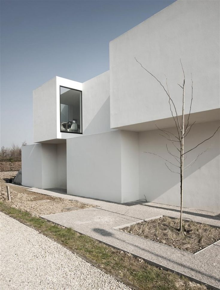 Designed as a residence that also serves the practice of a physiotherapist, House D-Z was designed by Belgian architectsGraux & Baeyenslocated inOudenaarde. The blocks that form the volume of the house cleverly stagger to bring in sunlight and optimize views while carefully protecting the privacy of the owner from the neighbors in such close proximity.