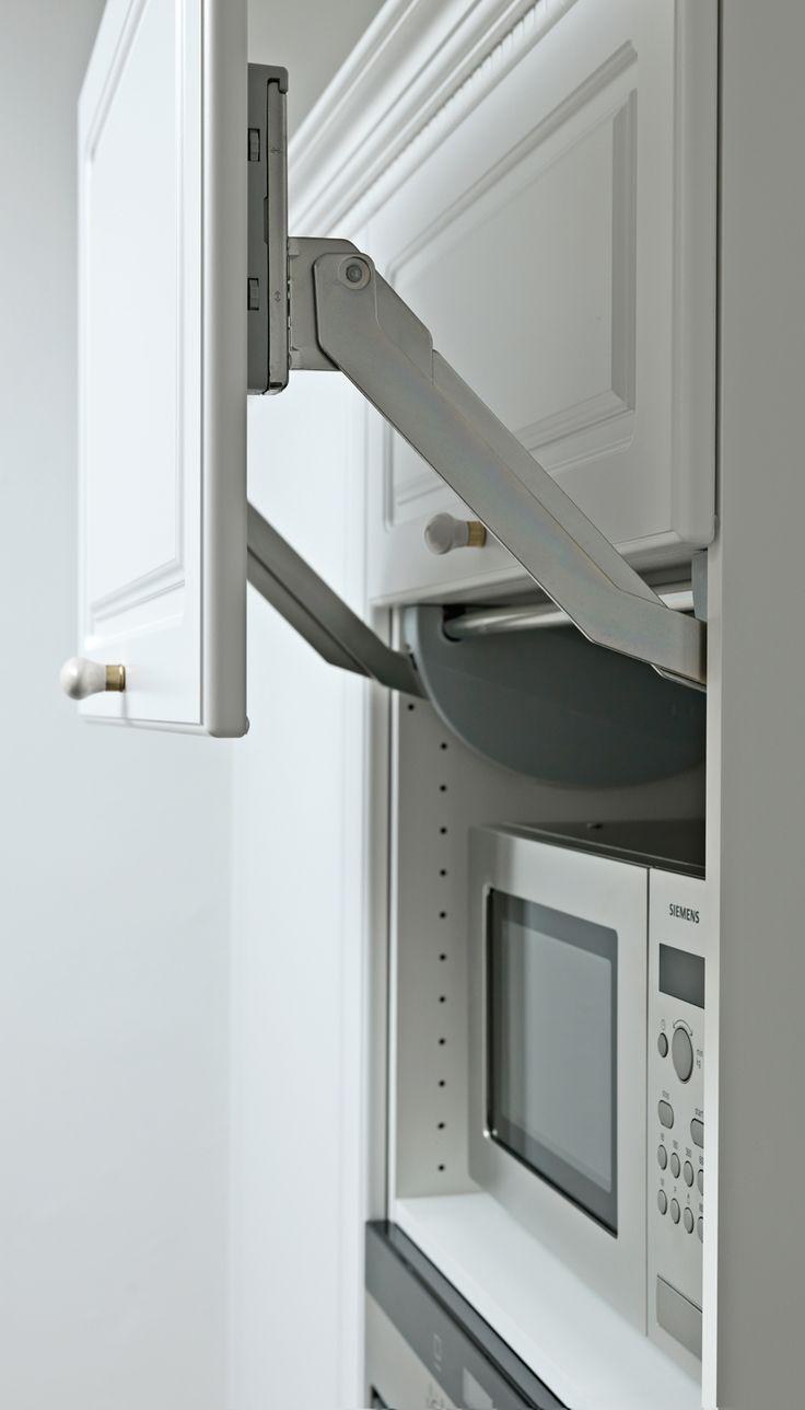 I stedet for at have mikroovnen stående på køkkenbordet og tage plads, kan du gemme den væk i et højskab. Her er den skjult, men nem at komme til, når den skal i brug.