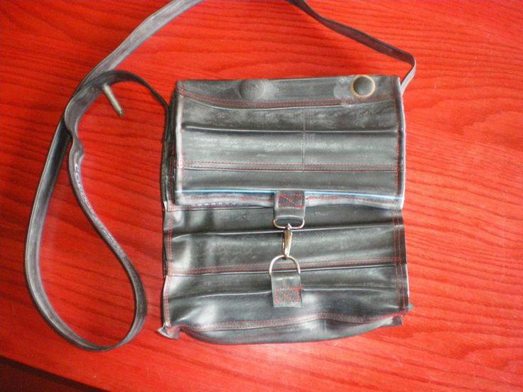Fietsbandtas gemaakt van repen aan elkaar gestikte binnenbanden. In de voering zitten 2 vakjes voor o.a. je mobiel