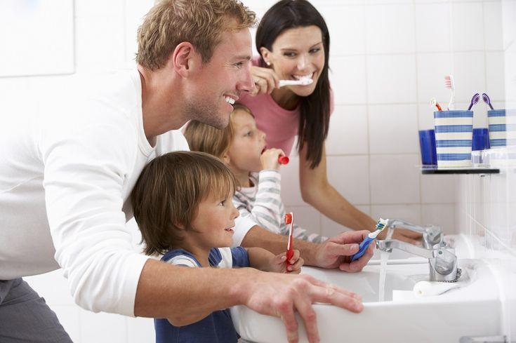 În cele ce urmează, te invităm să descoperi 5 sfaturi care să te ajute să îți înveți copilul să se spele pe dinți.